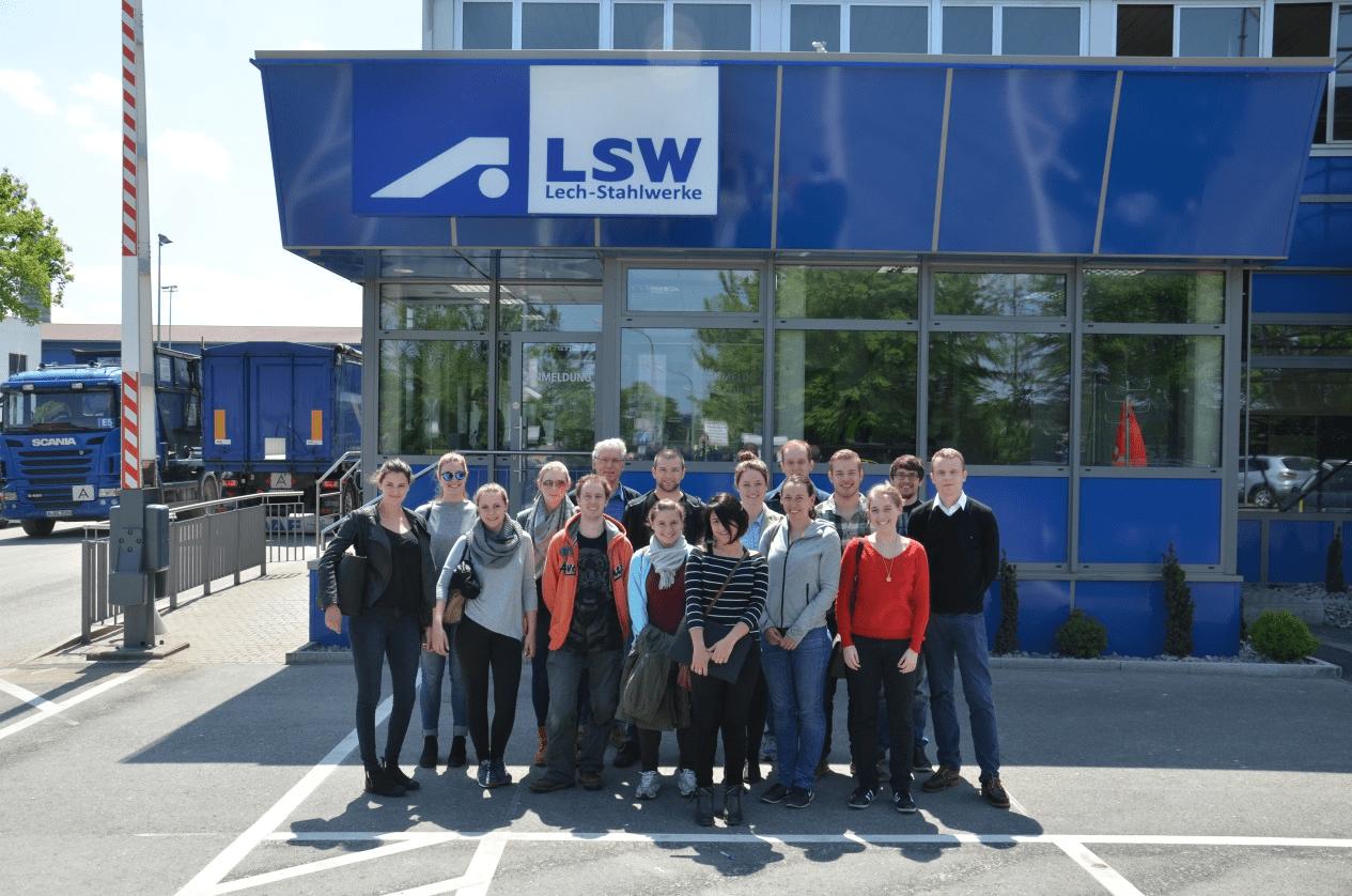Die Exkursionsteilnehmer vor dem Werkstor der LSW
